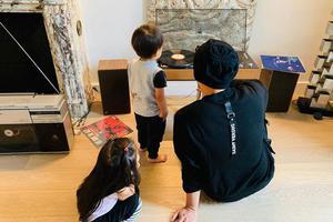 周杰伦晒带娃日常 陪儿子女儿听唱片从小培养乐感
