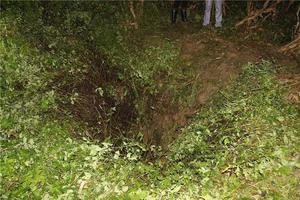 云南一中学生被困40米洞穴 消防7小时成功救援