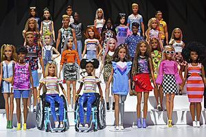 英媒:芭比公司推出无性别娃娃 提倡包容性和多样性