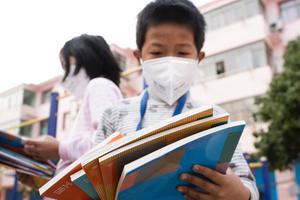 柳州有学校发课本了 家长:这是准备开学的节奏?