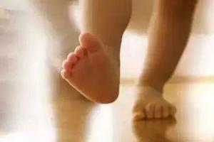 张奶奶说宝宝光脚走路好处多!