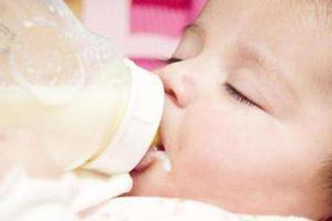 七十多天宝宝为什么一喝奶就打自己头?