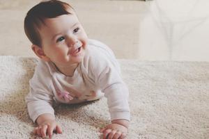 宝宝刚六个月能训练爬吗?