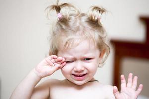 孩子是独立的 哄骗让ta停止哭闹不可取