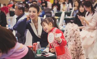 黄奕带女儿出席慈善拍卖画展
