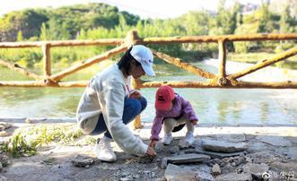 朱丹晒2岁小小丹玩水捡石子