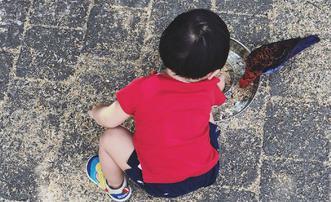 袁弘与儿子四坨认真喂小鸟
