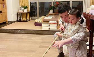 丁俊晖教一岁女儿拿球杆