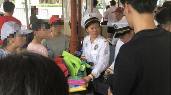 上海迪士尼工作人员翻查游客的包