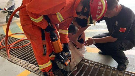 男童左腿被卡进排水渠的防护网
