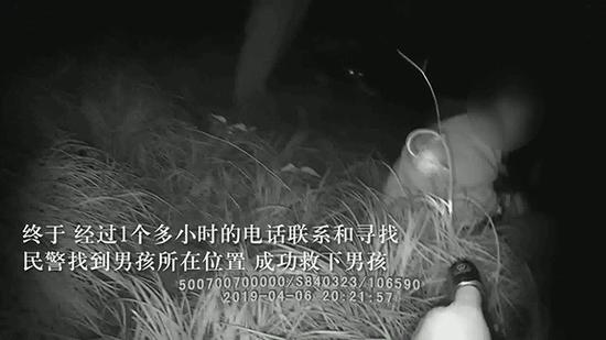 民警在寻找小海。九龙坡警方 供图