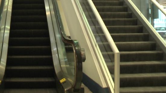 机场自动扶梯(图源:WCNC)