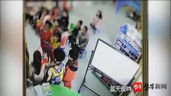疑因中午没午休,盱眙天都幼儿园小朋友被罚排队扇自己耳光。(监控截图)