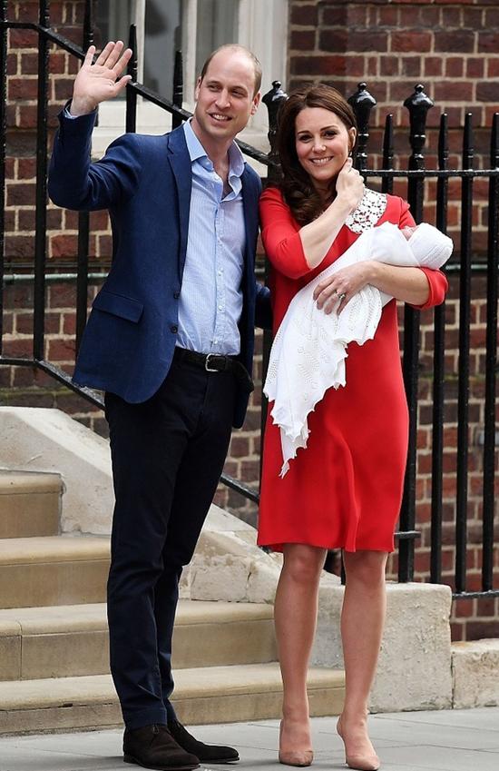 凯特王妃三胎产子7小时后亮相