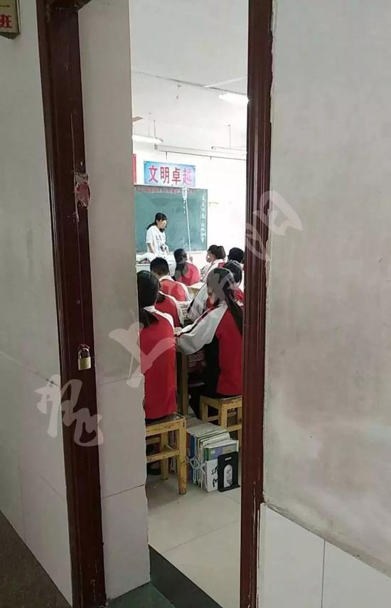 女教师肩扛输液杆照片走红