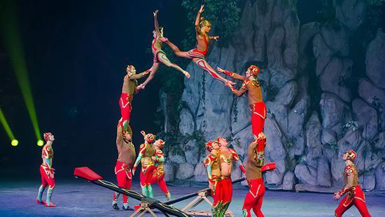 ★龙腾虎跃★跳板上华丽冒险的动作都化作了尖叫声,惊险的因子在高空中腾飞旋转而后落地,为观众演绎了一场飞一般的竞技。