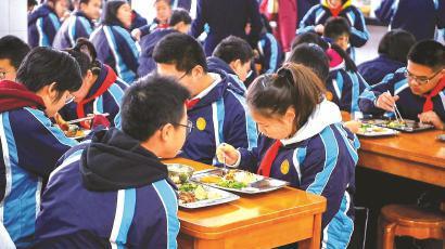 在复旦实验中学,中午七个年级约一千名学生分批在食堂用餐 本报记者 孙中钦 摄