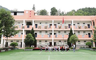 四川省某地的一所乡村学校,孩子们正在操场上运动。光明图片/视觉中国