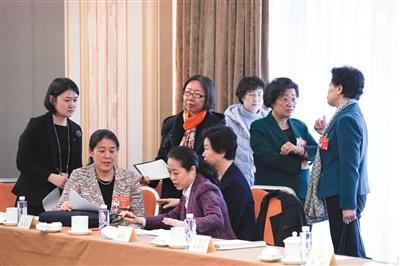 3月7日,北京会议中心,全国政协妇联界别联组会议上,委员们讨论婴幼儿托管的议题。新京报记者 陶冉 摄