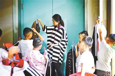 晚上睡觉前,孩子们会自己将脏衣服洗干净排队给任威老师检查
