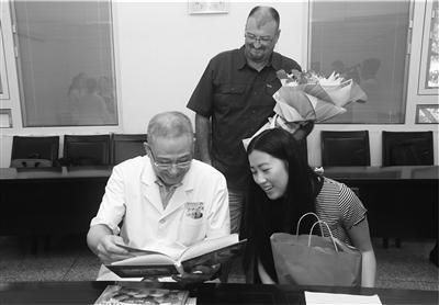孔珊珊(右)向医院赠送成长相册。陈红明 摄