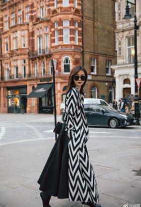 辣妈戚薇漫步伦敦街头拍写真
