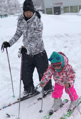 小泡芙一家集体滑雪