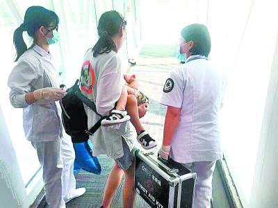 患儿被抱下飞机本文图均为南航供图
