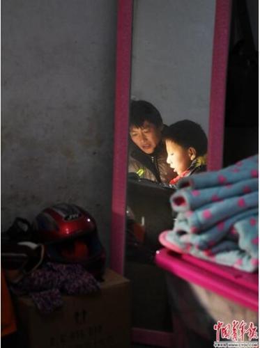 2018年1月11日,安徽省六安市舒城县晓天镇,陪读爸爸指导小孩做作业。