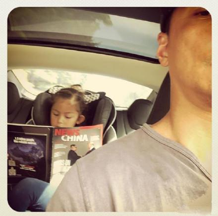 吴彦祖女儿专心看杂志