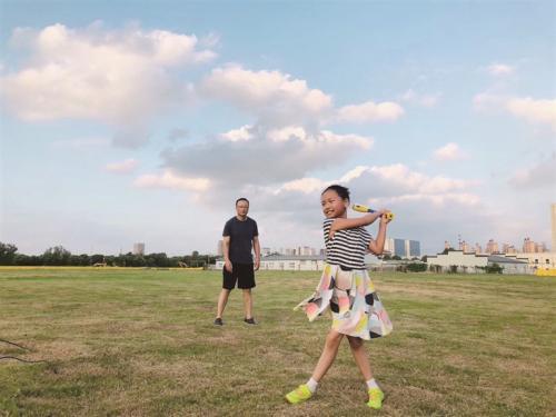 台风过后凉爽的傍晚,一对父女正在打棒球。李雨桐供图
