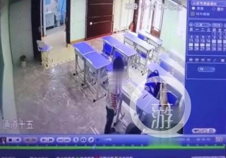 ▲学校视频显示女教师脚踹学生。受访者供图