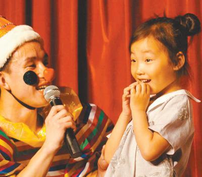 日前,儿童剧《白雪公主》在辽宁儿童艺术剧院上演,互动环节中,获得礼物的小朋友喜出望外。新华社记者 李 钢摄