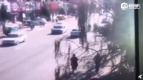一辆小轿车突然驶向人群
