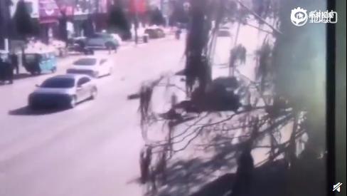 小轿车径直冲向队尾,多名儿童被撞倒,有一名儿童还被车辆碾压