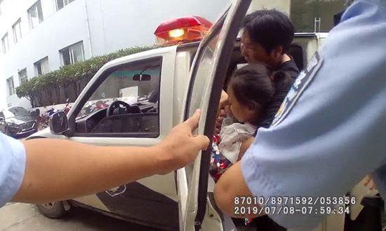 民警用警车将女孩送到医院。松滋警方供图