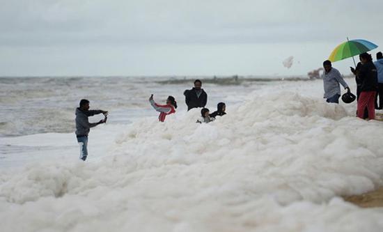仍有不少游人在海滩上玩耍。