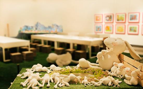 """2017安奈儿""""一起长大""""画展现场,著名艺术家李琳琳作品和孩子的画作同场展出"""