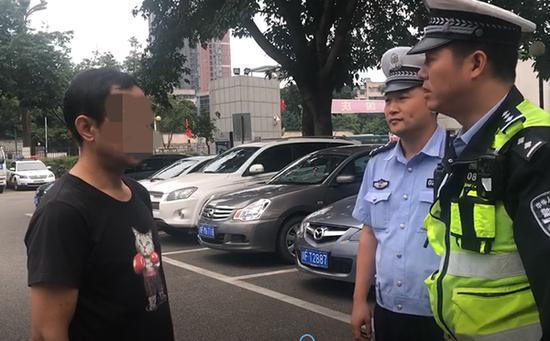 交警对当事驾驶员进行批评教育。四川新闻网 图