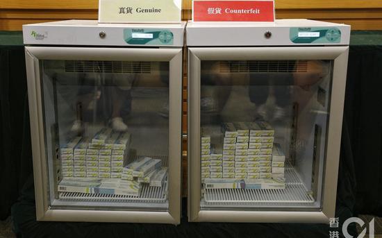 涉事医务中心用两个冰箱分别存放正货和冒牌的疫苗。 来源:香港hk01新闻网