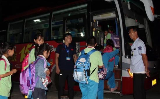 校车专门开设了晚上7点的线路,确保把最后一批学生平安送到家。平谷区供图