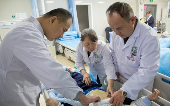 医生正在对小天进行救治。受访者供图