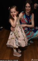 超模可可与女儿亮相