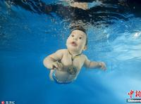 摄影师拍水下萌宝 画面超唯美
