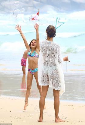 安布罗休与孩子海边吹泡泡