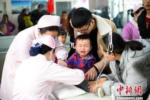 小朋友在医院扎针输液。。中新社记者 刘文华 摄