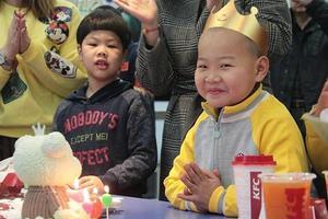 6岁快递男孩暂被送到福利院 过了生平第一个生日