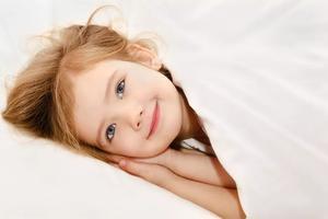 3岁女娃录节目犯困舞台上睡着,萌翻了众人!