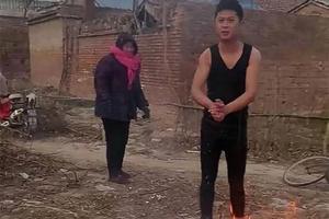 两名男童落入冰窟 村医跳水破冰十余米救出(图)