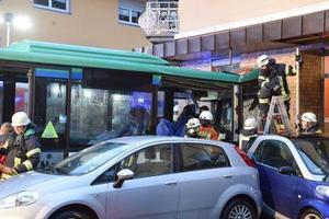 德国一辆校车失控撞进路边商店 致至少48人受伤
